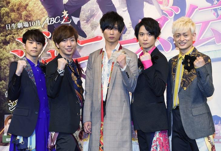 左から五関晃一、河合郁人、橋本良亮、戸塚祥太、塚田僚一。