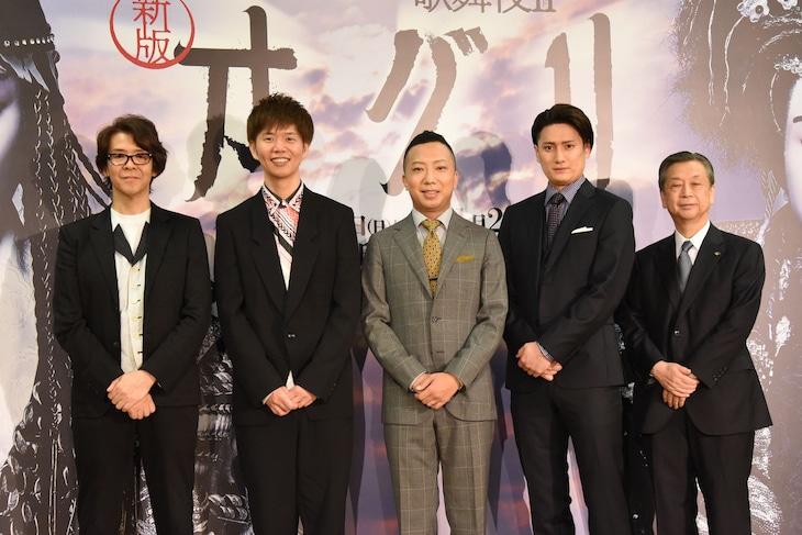 「スーパー歌舞伎II(セカンド)『新版 オグリ』」制作発表記者会見より。左から横内謙介、杉原邦生、市川猿之助、中村隼人、松竹の安孫子正副社長。
