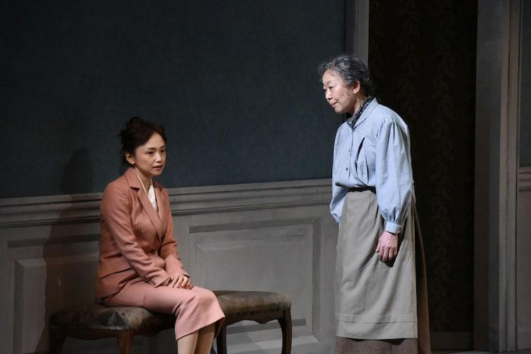 PARCOプロデュース2019「人形の家 Part2」フォトコールより、左から永作博美、梅沢昌代。