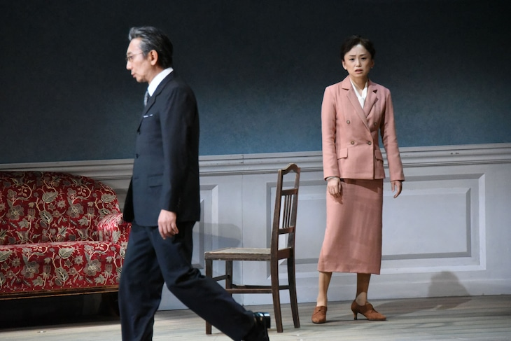 PARCOプロデュース2019「人形の家 Part2」フォトコールより、左から山崎一、永作博美。