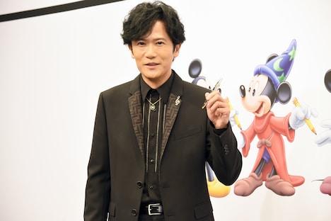 ウォルト・ディズニーのトレードマークであるペンを持つ稲垣吾郎。