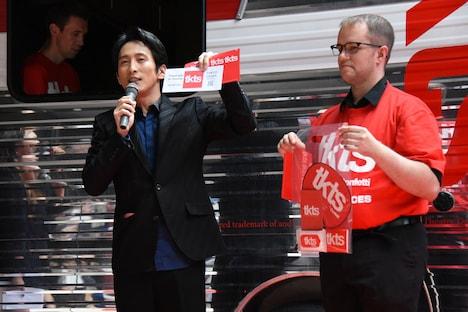 TKTSオープン記念セレモニーで行われた、チケット購入デモンストレーションの様子。