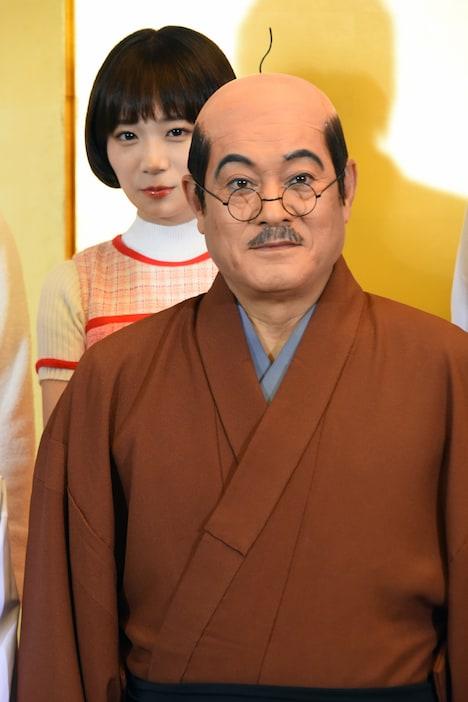 松平健(前列)と秋元真夏(後列)。