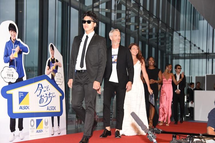 ミュージカル「ボディガード」来日公演 初日レッドカーペットイベントより、ボディガードを先頭に入場する出席者たち。