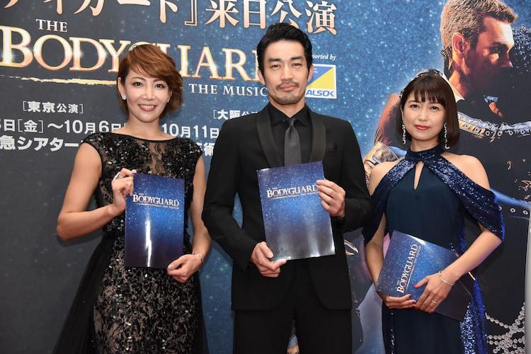 ミュージカル「ボディガード」来日公演 初日レッドカーペットイベントより。左から柚希礼音、大谷亮平、新妻聖子。