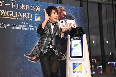 ミュージカル「ボディガード」来日公演 初日レッドカーペットイベントより、30秒で公演をPRする通販マンのベガス味岡。