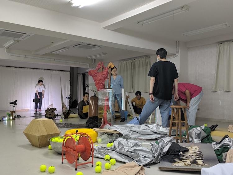 チェルフィッチュ×金氏徹平「消しゴム山」公開リハーサルの様子。