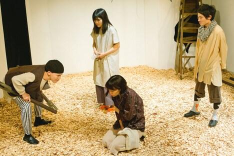 シラカン 第6回公演「蜜をそ削ぐ」より。(Photo by takaramahaya)