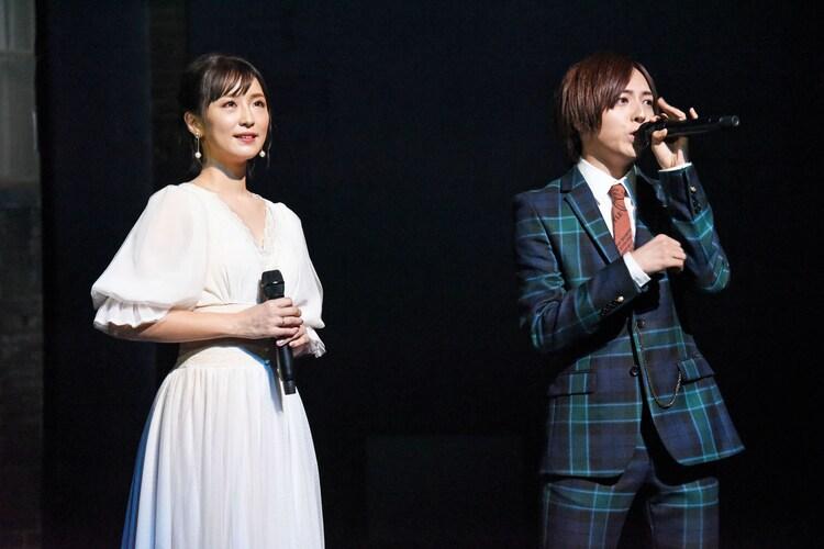 「ブロードウェイ・ミュージカル『ウエスト・サイド・ストーリー』Season1」製作発表より歌唱披露の様子。左から笹本玲奈、蒼井翔太。