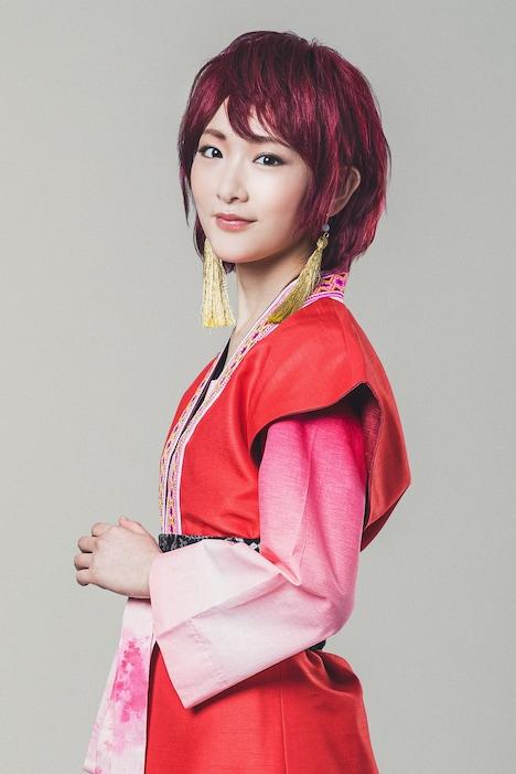 生駒里奈扮するヨナ。