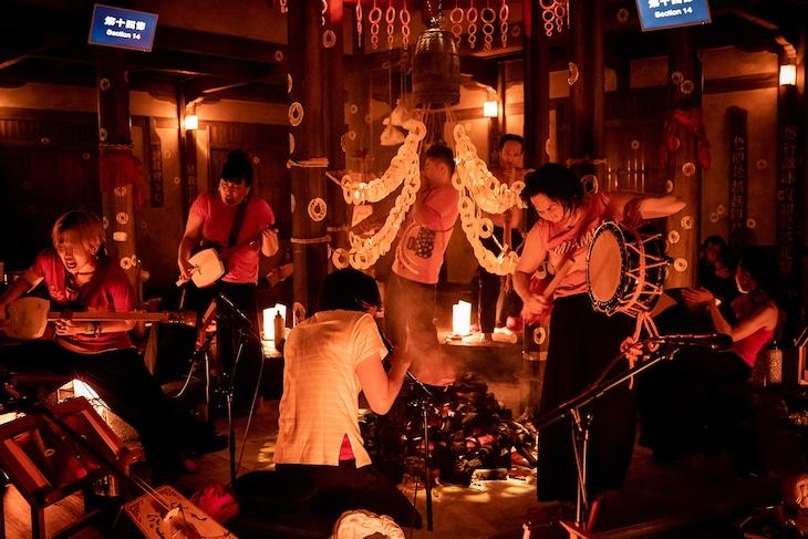 庭劇団ペニノ「蛸入道 忘却ノ儀」より。(撮影:井上嘉和)