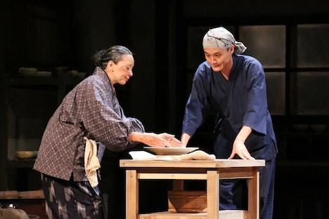 文学座「一銭陶貨 ~七億分の一の奇跡~」より。(撮影:宮川舞子)
