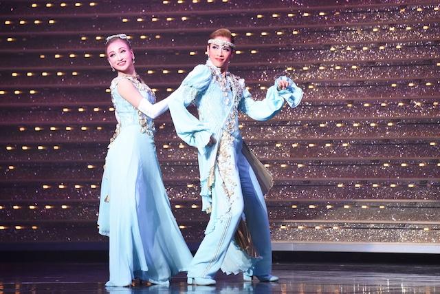 宝塚歌劇花組 三井住友VISAカード シアター「レヴューロマン『シャルム!』」公開舞台稽古より。