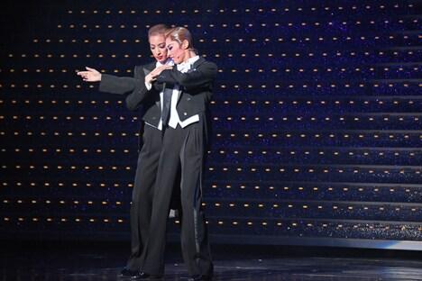 宝塚歌劇花組 三井住友VISAカード シアター「レヴューロマン『シャルム!』」公開舞台稽古より、左から柚香光、明日海りお。
