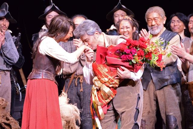 日本初演50周年記念公演 ミュージカル「ラ・マンチャの男」上演回数1300回特別カーテンコールより、左から瀬奈じゅん、松本白鸚。