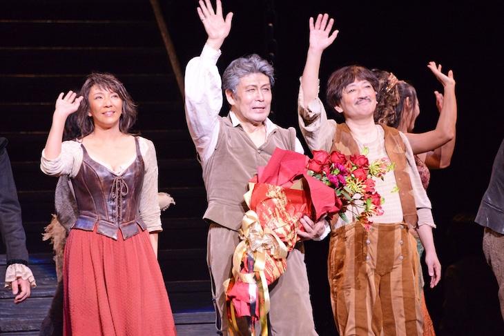 日本初演50周年記念公演 ミュージカル「ラ・マンチャの男」上演回数1300回特別カーテンコールより、左から瀬奈じゅん、松本白鸚、駒田一。