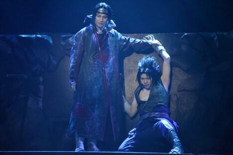 左から良知真次演じるうちはイタチ、佐藤流司演じるうちはサスケ。