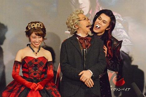 ミュージカル「ダンス オブ ヴァンパイア」初日前会見より。石川禅(中央)の挨拶中に背後から忍び寄り、噛み付くふりをする山口祐一郎(右)。左は山口と石川の仲むつまじさに笑う桜井玲香。