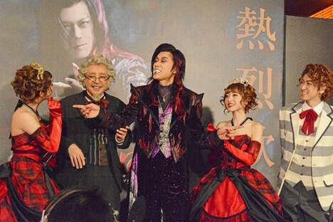 ミュージカル「ダンス オブ ヴァンパイア」初日前会見より、共演者たちに締めの挨拶を割り振る山口祐一郎(中央)。