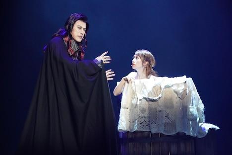 ミュージカル「ダンス オブ ヴァンパイア」より、左から山口祐一郎扮するクロロック伯爵、桜井玲香扮するサラ。