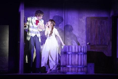 ミュージカル「ダンス オブ ヴァンパイア」より、左から東啓介扮するアルフレート、桜井玲香扮するサラ。