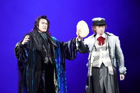 ミュージカル「ダンス オブ ヴァンパイア」より、左から山口祐一郎扮するクロロック伯爵、相葉裕樹扮するアルフレート。