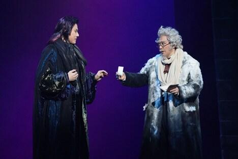 ミュージカル「ダンス オブ ヴァンパイア」より、左から山口祐一郎扮するクロロック伯爵、石川禅扮するアブロンシウス教授。