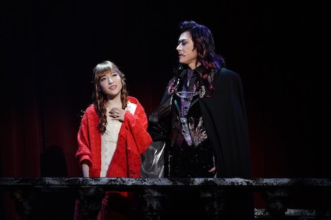 ミュージカル「ダンス オブ ヴァンパイア」より、左から神田沙也加扮するサラ、山口祐一郎扮するクロロック伯爵。