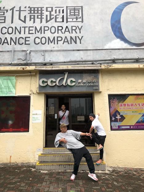 きゅうかくうしおが滞在中の香港CCDC(CityContemporary Dance Center)前にて。手前から辻本知彦、森山未來、松澤聰。