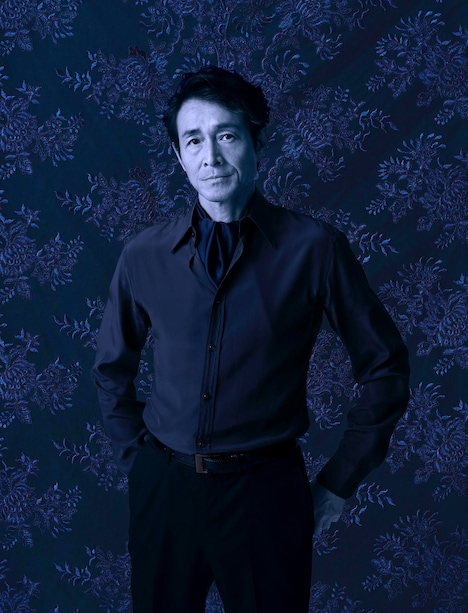 レスター伯ロバート・ダドリー役の吉田栄作のビジュアル。(撮影:山崎伸康 / デザイン:秋澤一彰)