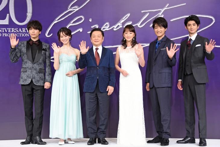 ミュージカル「エリザベート」製作発表より。左から山崎育三郎、愛希れいか、小池修一郎、花總まり、井上芳雄、古川雄大。