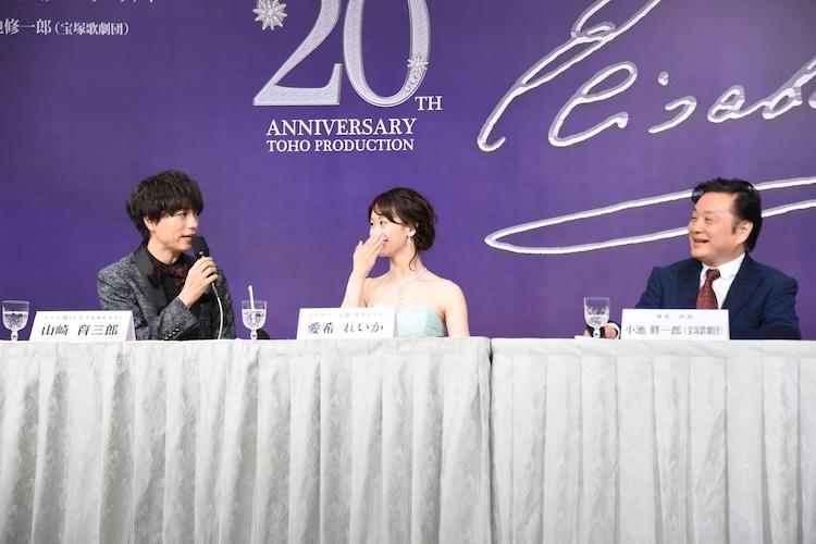 「トートの髪型をセンター分けにするのは小池先生のアイデア」と明かし、小池修一郎(右)に同意を求める山崎育三郎(左)。