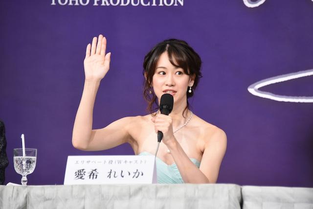 """「『エリザベート』を漢字1文字で表すと?」という質問に、挙手して「""""欲""""!」と回答する愛希れいか。"""