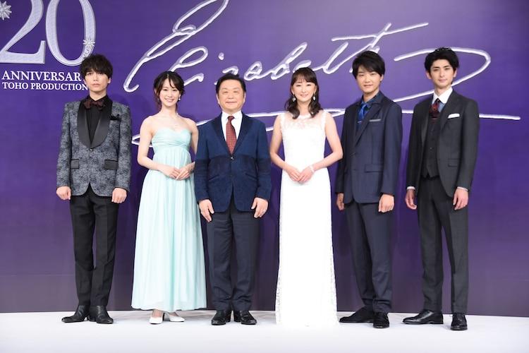 左から山崎育三郎、愛希れいか、小池修一郎、花總まり、井上芳雄、古川雄大。