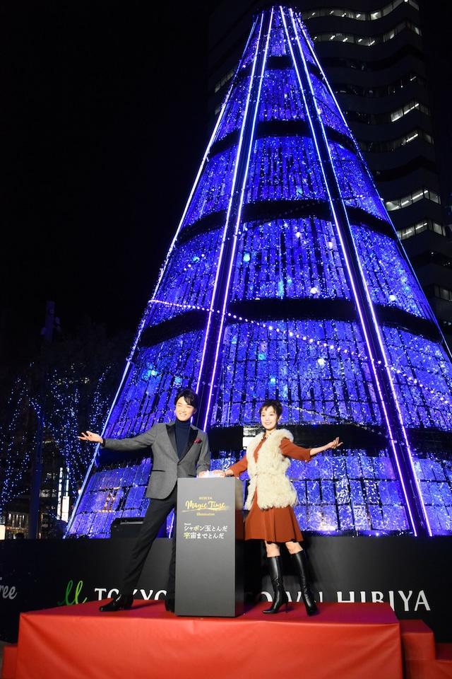 「HIBIYA Magic Time Illumination」点灯式より。左から井上芳雄、咲妃みゆ。