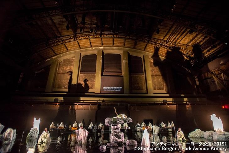 2019年上演の「アンティゴネ」ニューヨーク公演より。(c)Stephanie Berger / Park Avenue Armory