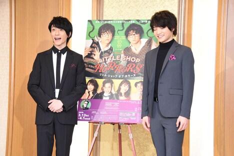カメラマンから「三浦さん、にこやかにお願いします!」というリクエストを受けた、緊張気味の三浦宏規(右)。左はカメラマンの言葉に笑う鈴木拡樹。