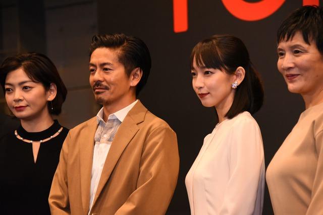 左から田畑智子、森田剛、吉岡里帆、根岸季衣。