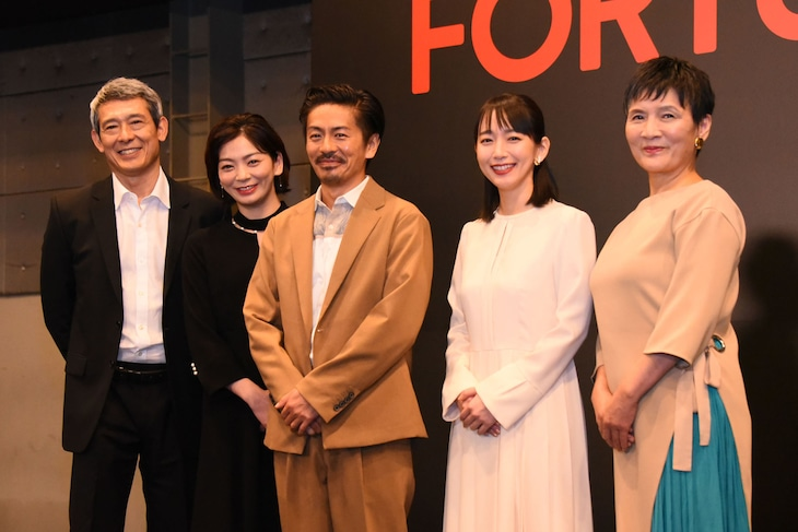 PARCO PRODUCE 2020「FORTUNE(フォーチュン)」製作発表会見より、左から鶴見辰吾、田畑智子、森田剛、吉岡里帆、根岸季衣。