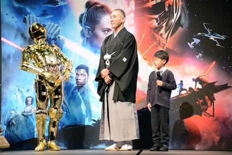 左からC-3PO、市川海老蔵、堀越勸玄。