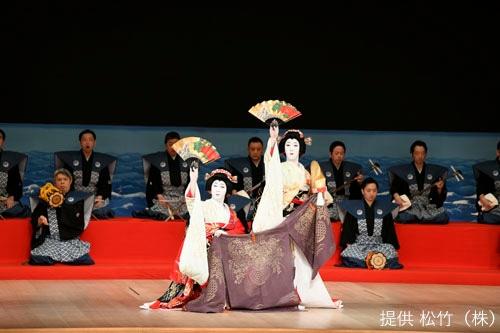 「十二月大歌舞伎」昼の部より「村松風二人汐汲」。(c)松竹