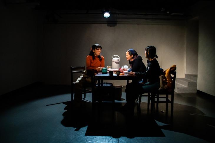 タカハ劇団 第16回公演「女友達」より。(撮影:塚田史香)