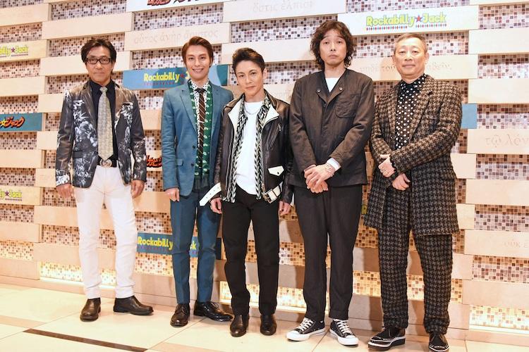 左から岸谷五朗、海宝直人、屋良朝幸、斉藤和義、森雪之丞。