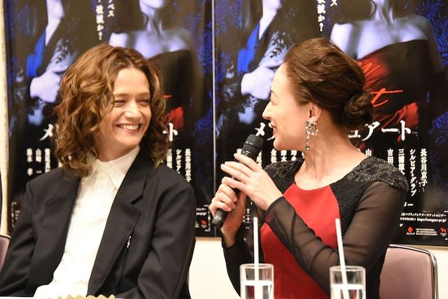 ほほ笑み合う三浦涼介(左)とシルビア・グラブ。