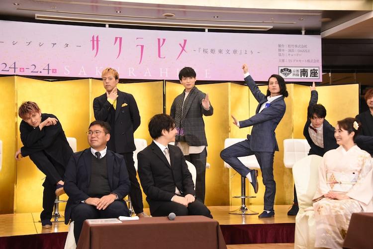 考案したポーズを披露する出演者たち(後列)。左からToyotaka(Beat Buddy Boi)、世界(EXILE / FANTASTICS from EXILE TRIBE)、川原一馬、荒木健太朗、平野泰新(MAG!C☆PRINCE)。