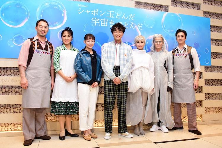 左から福井晶一、濱田めぐみ、咲妃みゆ、井上芳雄、土居裕子、畠中洋、吉野圭吾。