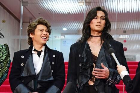 得意料理を尋ねられ、劇中の怪物さながらの表情で「ラーメンです」と回答する加藤和樹(右)。