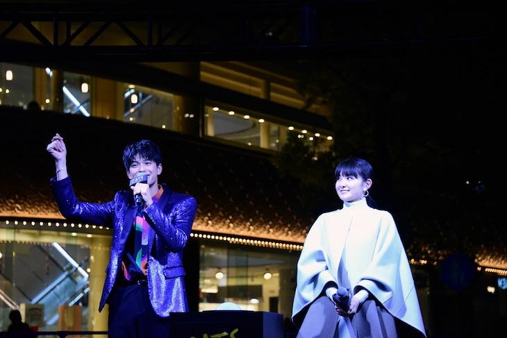 「映画『キャッツ』×HIBIYA Magic Time Illumination」点灯式より。左から森崎ウィン、葵わかな。