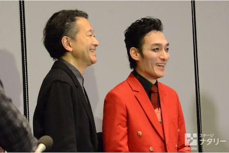 KAAT神奈川芸術劇場プロデュース「アルトゥロ・ウイの興隆」の囲み取材より、左から白井晃、草なぎ剛。