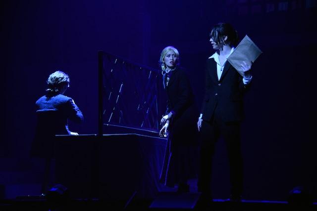 舞台「憂国のモリアーティ」より。立道梨緒奈(中央)、北村諒(右)。